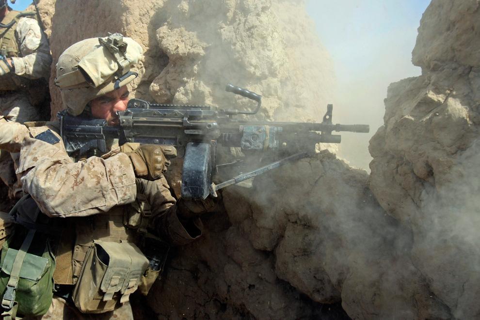 5. Морпех из подразделения «Браво» первого батальона отстреливается от талибов в Маржахе, провинция Гильменд, 22 февраля. (REUTERS/Goran Tomasevic)