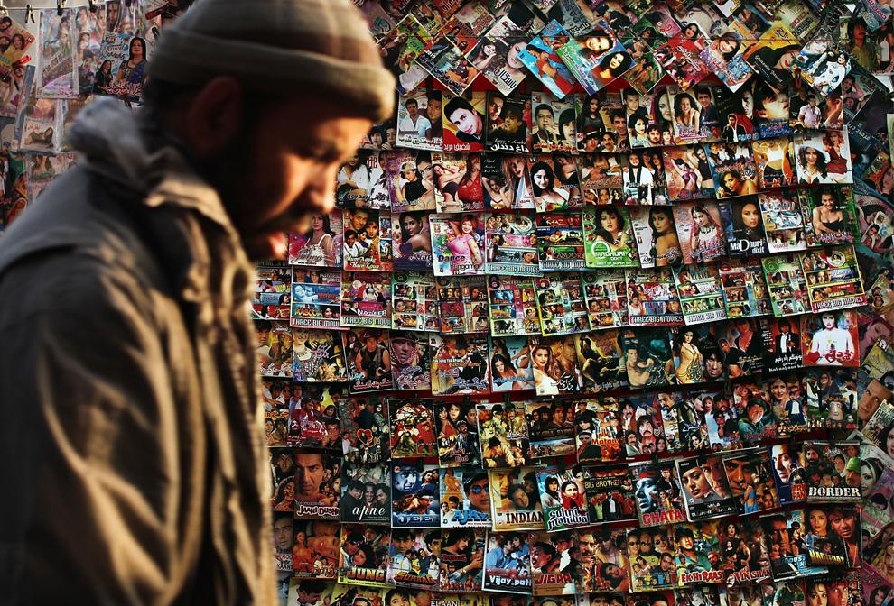 12. Мужчина проходит мимо лотка с дисками «Болливуда» в старом районе Кабула 1 февраля. Несмотря на годы иностранных вложений и деньги, поступающие от частных и государственных спонсоров, в Афганистане по-прежнему царит безработица и халатность в отношении бытового обслуживания. Безработица в стране с населением около 25 миллионов человек все еще составляет 40%, а больше половины населения живет за чертой бедности. (Spencer Platt/Getty Images)