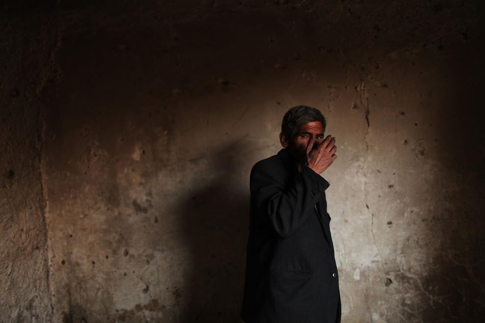 31. Мужчина готовится покурить героин в бывшем русском культурном центре, ставшем известной наркоточкой, 2 февраля в Кабуле. Производство мака в Афганистане по-прежнему высоко, а значит и опиум с героином дешев и доступен. В результате, наркозависимость – одна из главных проблем Афганистана. Недавнее исследование ООН показало, что более 900 000 человек в Афганистане – наркоманы. (Spencer Platt/Getty Images)