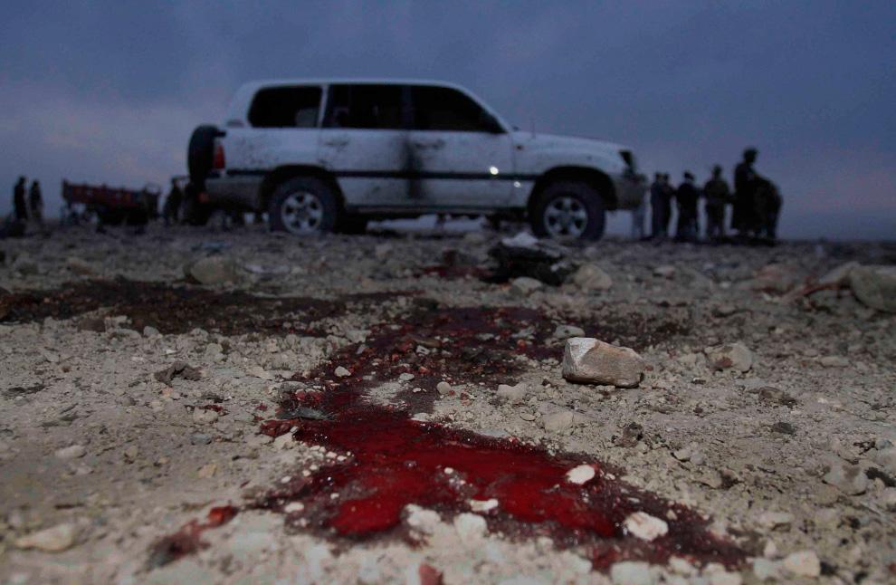 32. Кровь на земле недалеко от места атаки смертников на небольшую группку племенных старейшин и государственных рабочих в округе Хогиани недалеко от Джалалабада, провинция Нангархар, 22 февраля. Полиция сообщает, что террорист-смертник убил 15 человек в восточном Афганистане, включая лидера, игравшего главную роль в неудавшейся попытке поймать Осаму бин Ладена в Тора Бора в 2001 году. (AP Photo/Rahmat Gul)