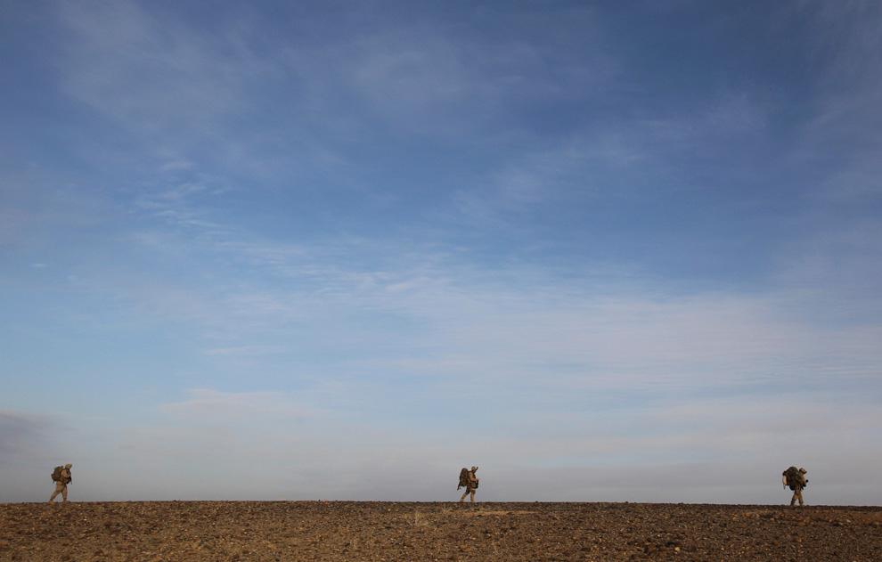 33. Морпехи патрулируют территорию за пределами города Маржах в провинции Гильменд 11 февраля. (AP Photo/David Guttenfelder)