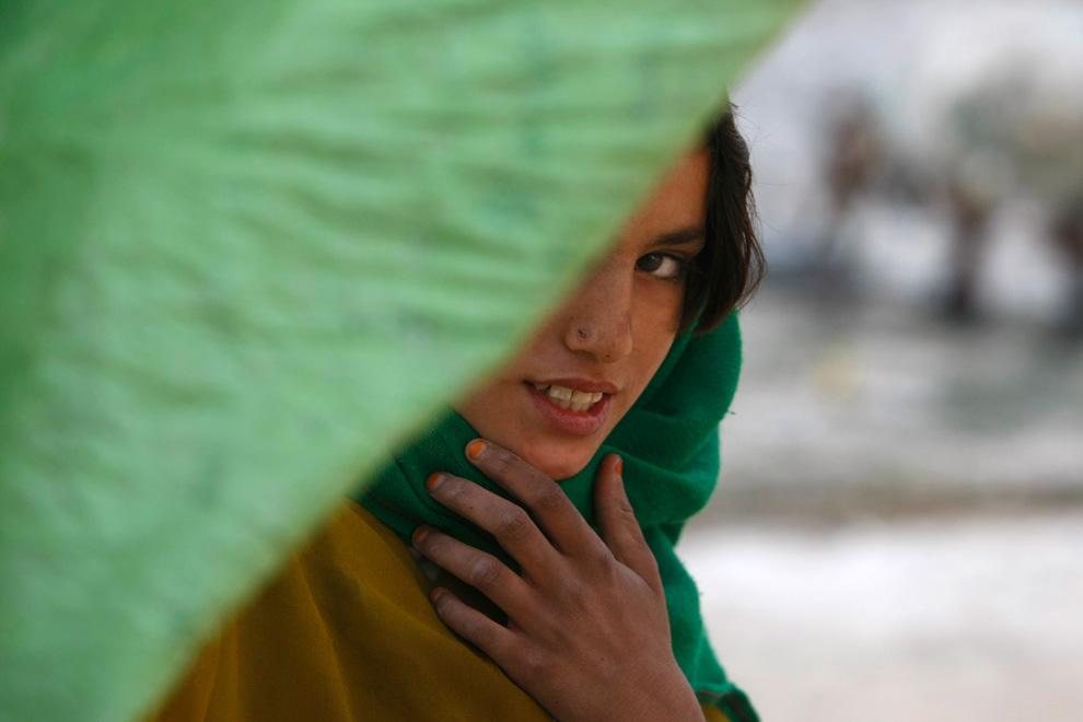 34. Афганская девочка выглядывает из своего дома в деревне на западе Лашкар Гах в провинции Гильменд 11 февраля. (AP Photo/Pier Paolo Cito)