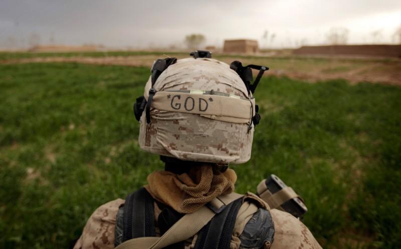 35. Надпись «БОГ» на шлеме морпеха, патрулирующего маковое поле в Трикх Навар на окраине Маржаха 23 февраля. (PATRICK BAZ/AFP/Getty Images)