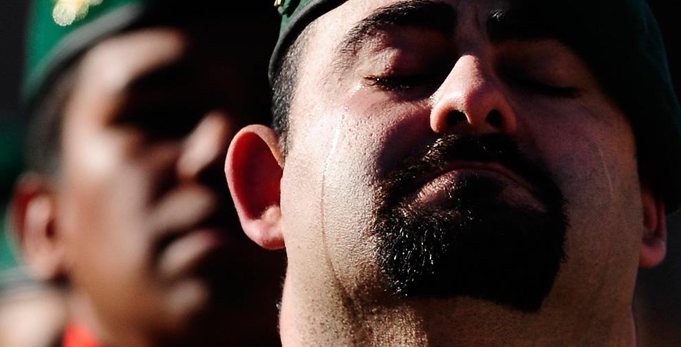 41. Солдат плачет на похоронах испанского солдата Джона Фелипе Ромеро Мнесеса в Барселоне 3 февраля. 21-летний Ромеро Менесес, родившийся в Колумбии, погиб, и еще шесть солдат получили ранения в результате взрыва в Афганистане. (AP Photo/Manu Fernandez)