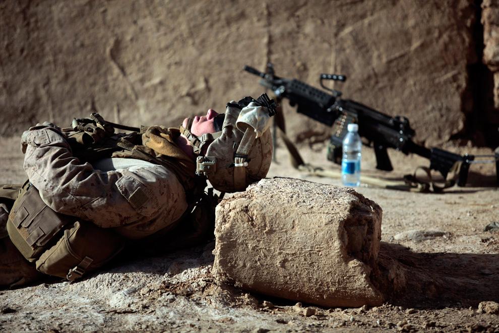 42. Морпех из подразделения «Браво» первого батальона отдыхает во время операции в городе Маржах 16 февраля. (REUTERS/Goran Tomasevic)