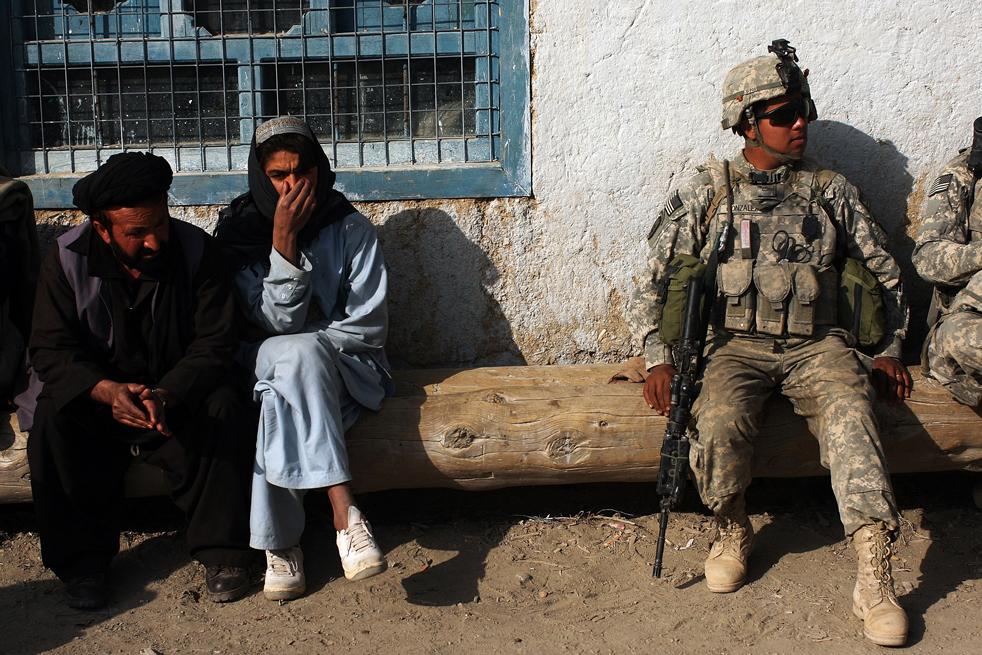 2. Солдаты роты «Эйбл», пехотного батальона 3-509 патрулируют главную улицу Зерака 23 января, недалеко от их аванпоста. Солдаты отправились в город, чтобы попытаться собрать информацию после вчерашней атаки на их базу. Аванпост Зерак, расположенный в провинции Пактика, прочесывает маршруты талибанов в Афганистан из соседнего Пакистана. Провинция небольшая и делит 600-километровую границу с Пакистаном. (Getty Images / Spencer Platt)