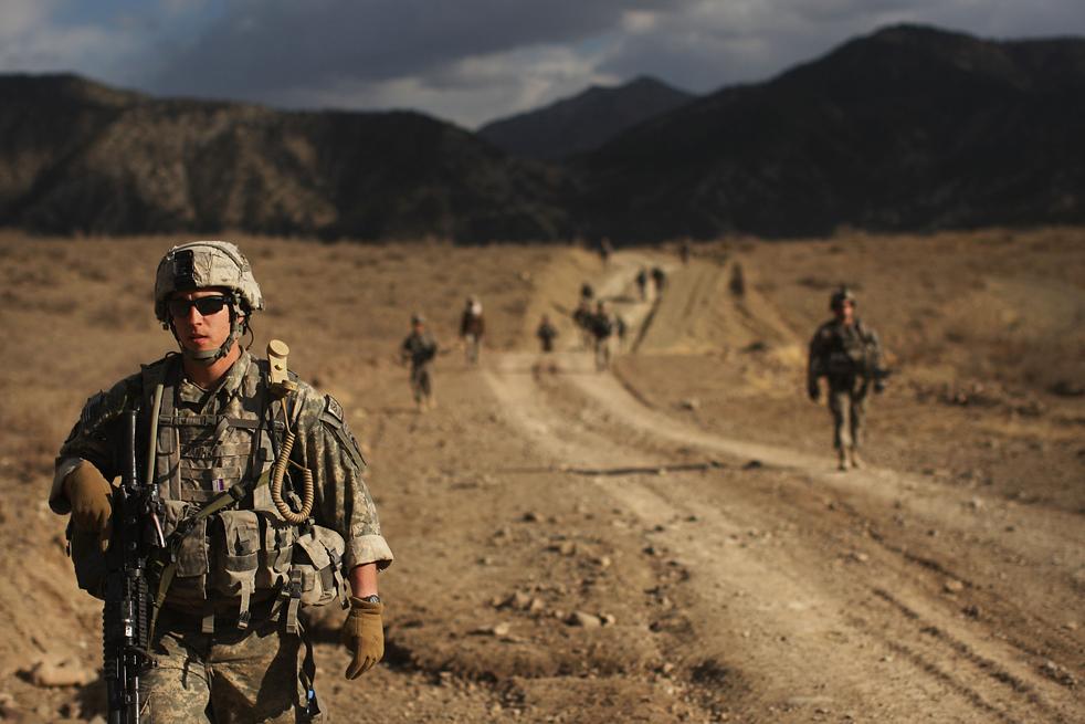 3. Солдаты роты «Эйбл» пехотного батальона 3-509 направляются в горы на поиск боевиков после утренней атаки на их базу 22 января в Зераке. (Getty Images / Spencer Platt)