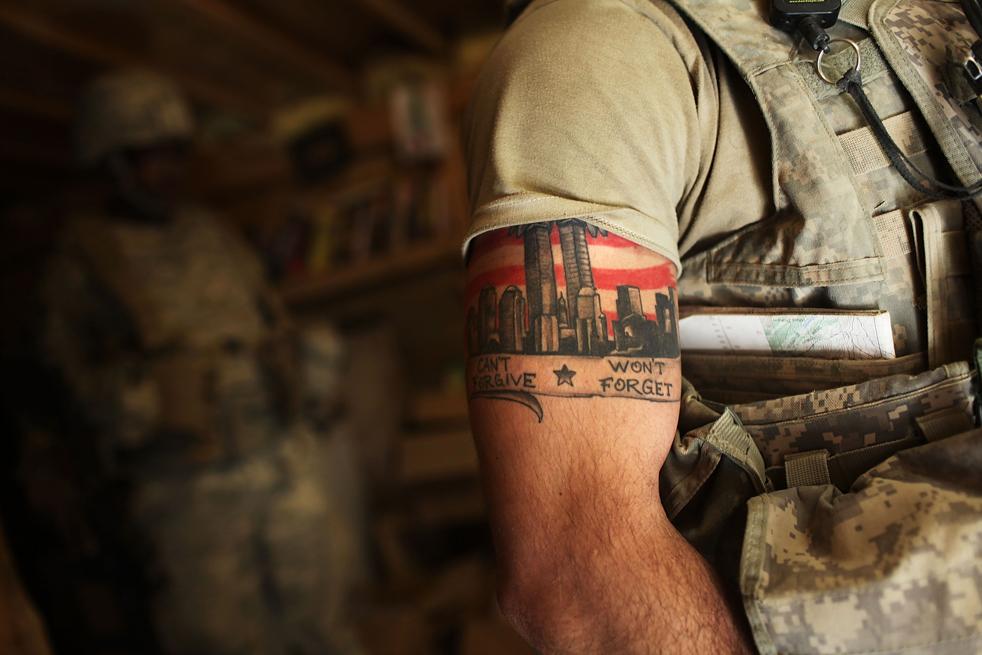 7. Солдат с татуировкой в память о событиях 11 сентября из компании «Эйбл» пехотного батальона 3-509 в убежище во время ракетной атаки на их базу в Зераке 22 января. (Getty Images / Spencer Platt)