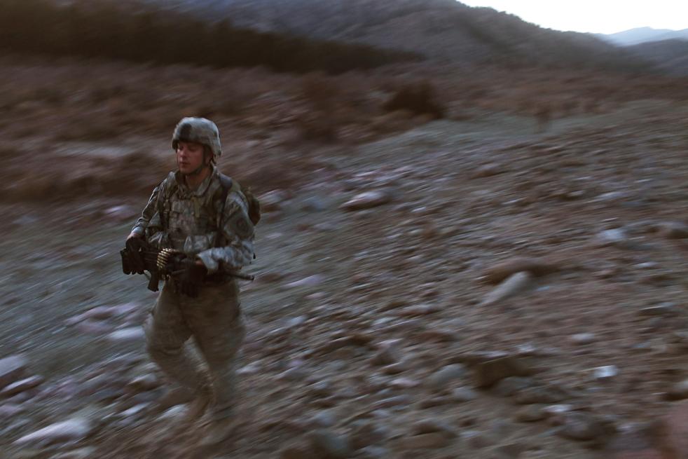 8. Солдаты роты «Эйбл» пехотного батальона 3-509 возвращаются на базу после операции по поиску боевиков в горах, напавших ранее днем на их базу «Зерак» 22 января в Зераке. (Getty Images / Spencer Platt)