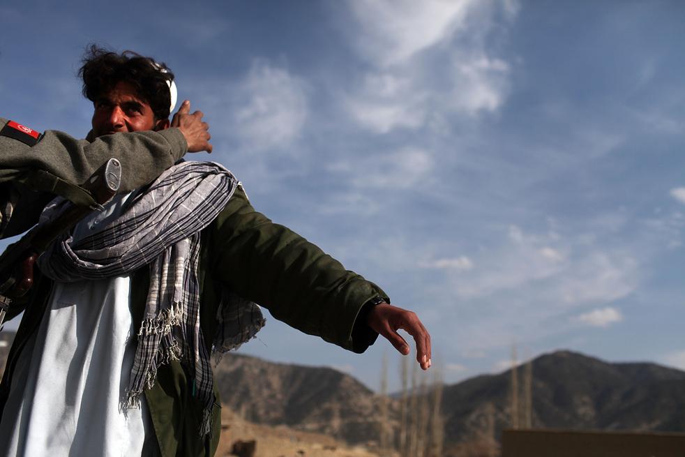 9. Афганская национальная полиция обыскивает мужчину на предмет нахождения оружия в Зераке 23 января. (Getty Images / Spencer Platt)