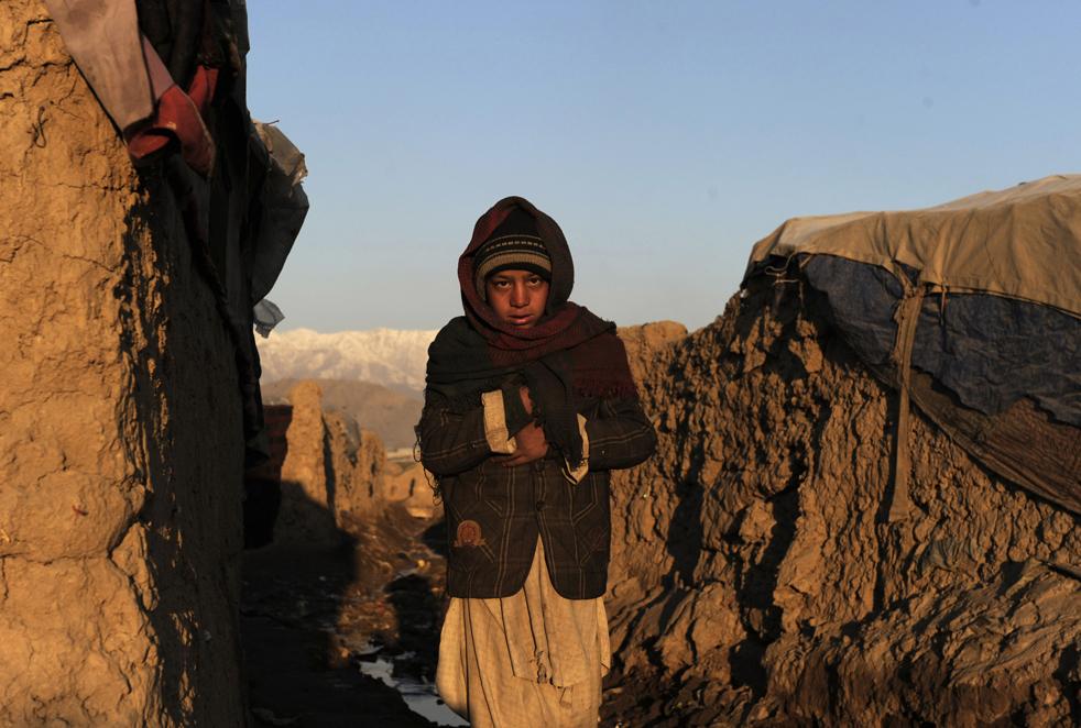 12. Афганский мальчик идет к мечети на урок по Корану рано утром в Кабуле 25 января. (AP / Farzana Wahidy)