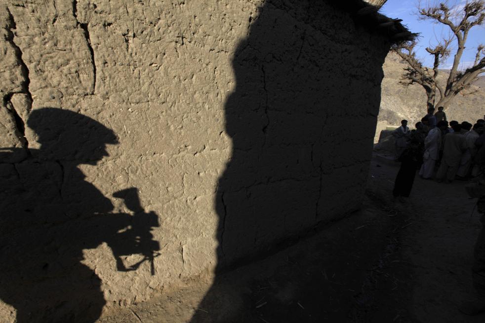 15. Тень солдата из оперативной группы «Lethal» на глиняной стене во время зачистки территории, ранее использовавшейся в качестве оборонительной позиции боевиками «Талибана», во время патрулирования долины Пех, провинция Кунар, 24 января. (AP / Brennan Linsley)