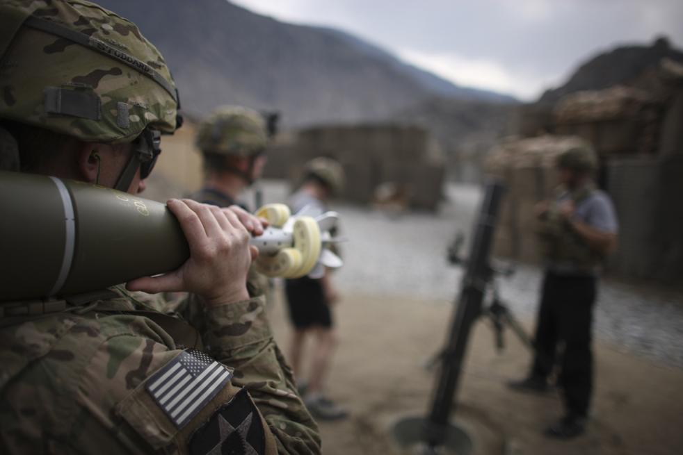 17. Солдаты стреляют 120-милимметровыми ракетами по позициям боевиков на посту «Мичиган» в долине Пех, провинция Кунар, северо-восток Афганистана 21 января. Солдаты из оперативной группы «Lethal» регулярно попадают под обстрел от боевиков «Талибана», которые засели в горах недалеко от базы. (AP / Brennan Linsley)