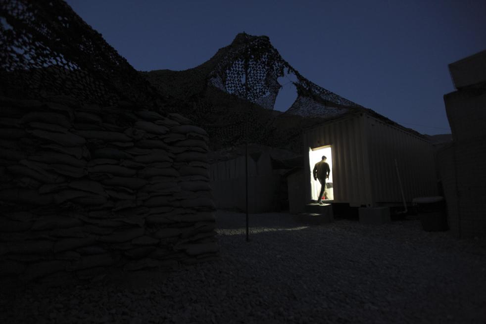 19. Солдат заходит в ванную в стальном контейнере на базе «Мичиган» в долине Пех, провинция Кунар, 25 января. (AP / Brennan Linsley)