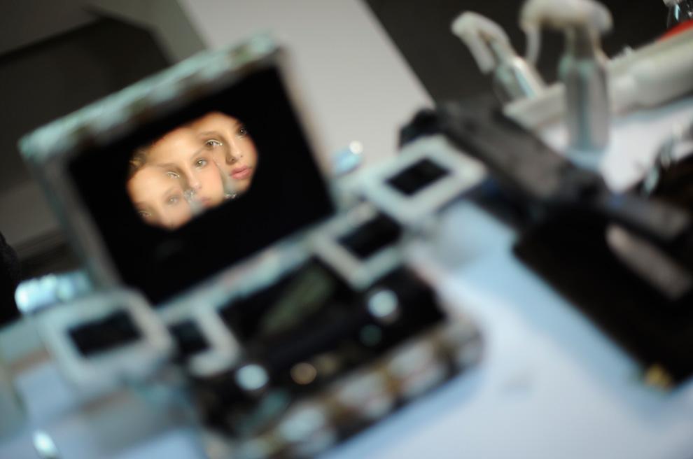 2. Модель отражается в разбитом зеркале перед показом осенней коллекции от «Marchesa» 17 февраля. (AP Photo/Stephen Chernin)