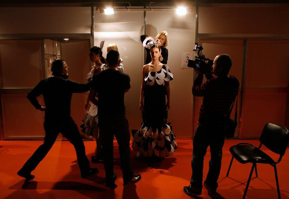 3. Парикмахеры готовят модель перед началом Международного шоу фламенко в Севилье 28 января. (REUTERS/Marcelo del Pozo)