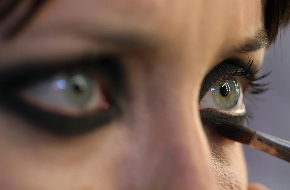 5. Модели накладывают макияж за кулисами на неделе моды в Сан-Паулу 19 января. (AP Photo/Andre Penner)