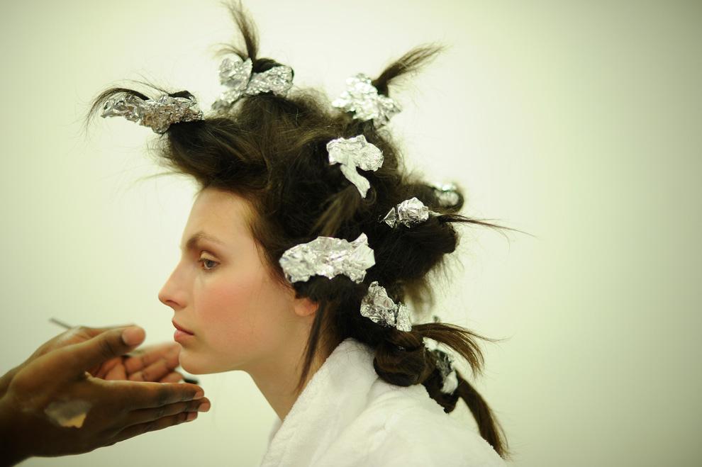 7. Модели наносят макияж перед началом показа осенней коллекции от «Marchesa» 17 февраля. (AP Photo/Stephen Chernin)