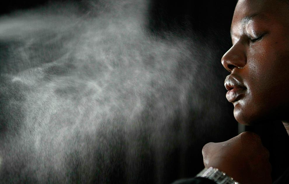 8. Модели наносят воду на лицо перед показом коллекции 13 февраля. (REUTERS/Carlo Allegri)