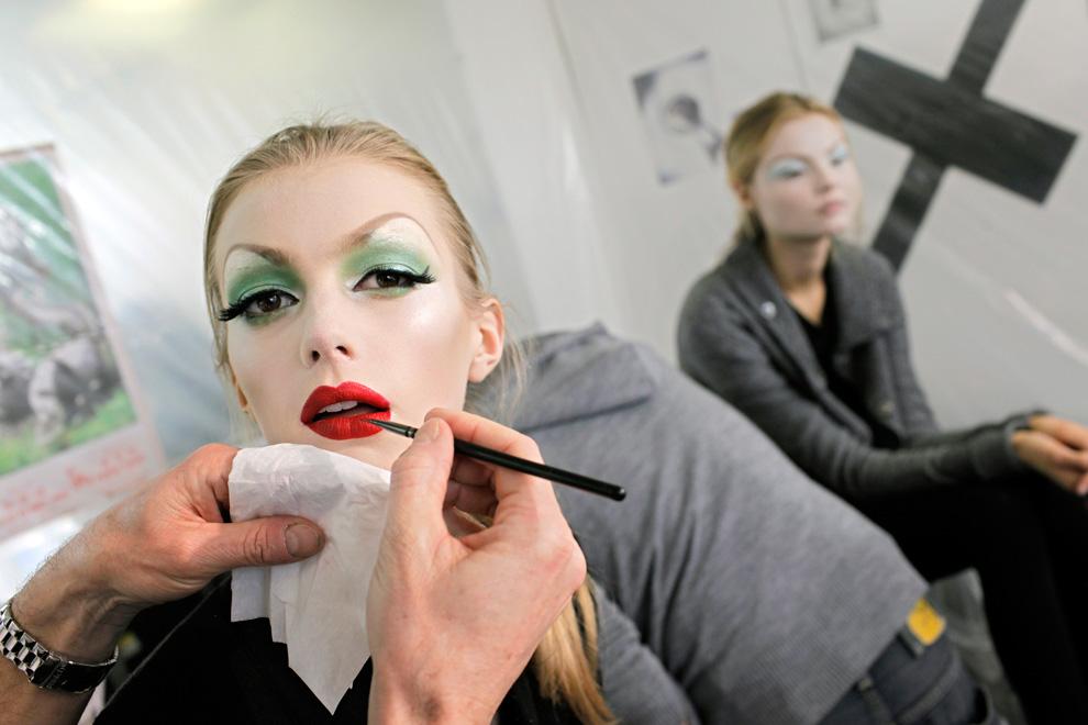 13. Модели накладывают макияж за кулисами перед показом коллекции весна-лето 2010 от «Dior» в Париже 25 января. (AP Photo/Thibault Camus)