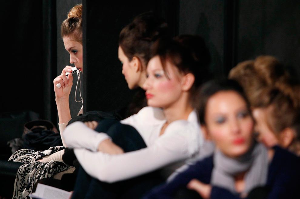 17. Модели ждут за кулисами перед началом первого показа на итальянской неделе моды 31 января. (REUTERS/Alessia Pierdomenico)