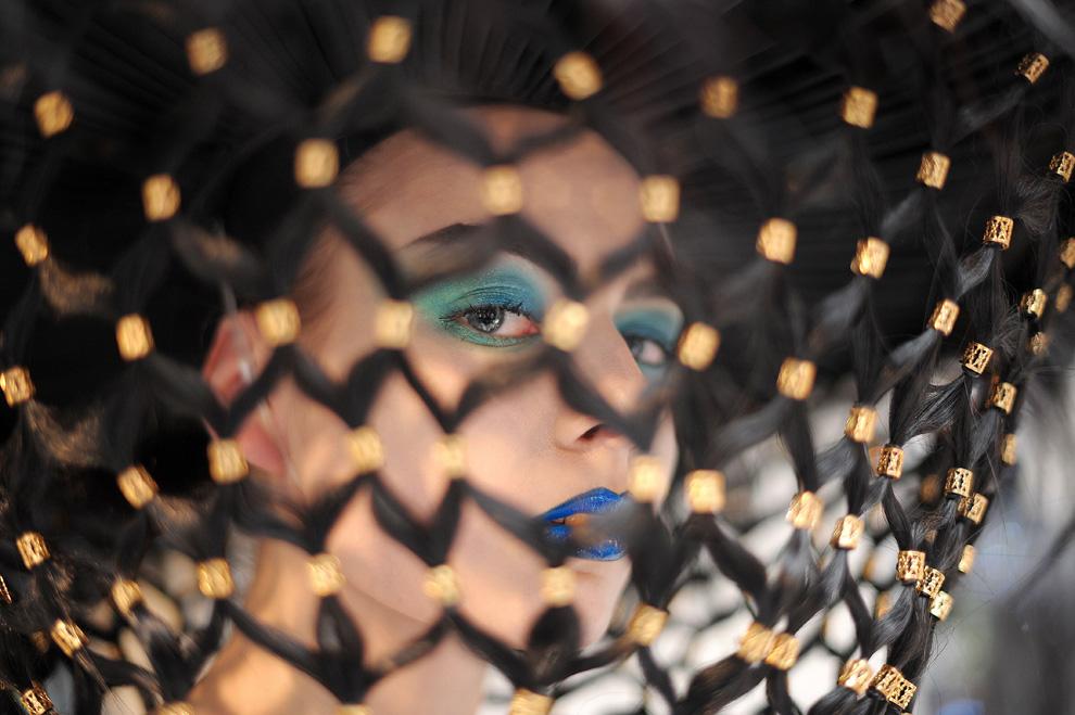19. Модель фотографируют бекстейдж перед началом показа коллекции от Чарли Ле Минду в первый день Лондонской недели моды 19 февраля. (CARL DE SOUZA/AFP/Getty Images)