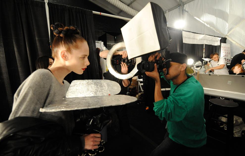 20. Модель держит отражатель, пока ее фотографируют перед началом показа коллекции от «Monique Lhuillier» 15 февраля в Нью-Йорке. (AP Photo/ Louis Lanzano)