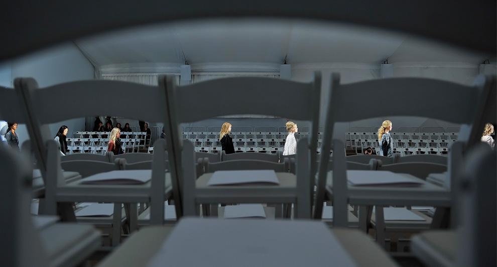 22. Модели идут по подиуму во время репетиции перед началом показа коллекции от Веры Вонг 16 февраля. (AP Photo/Stephen Chernin)