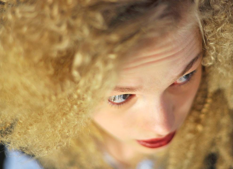 26. Модели укладывают волосы перед показом коллекции от Петера Сома 13 февраля. (REUTERS/Stephen Chernin)