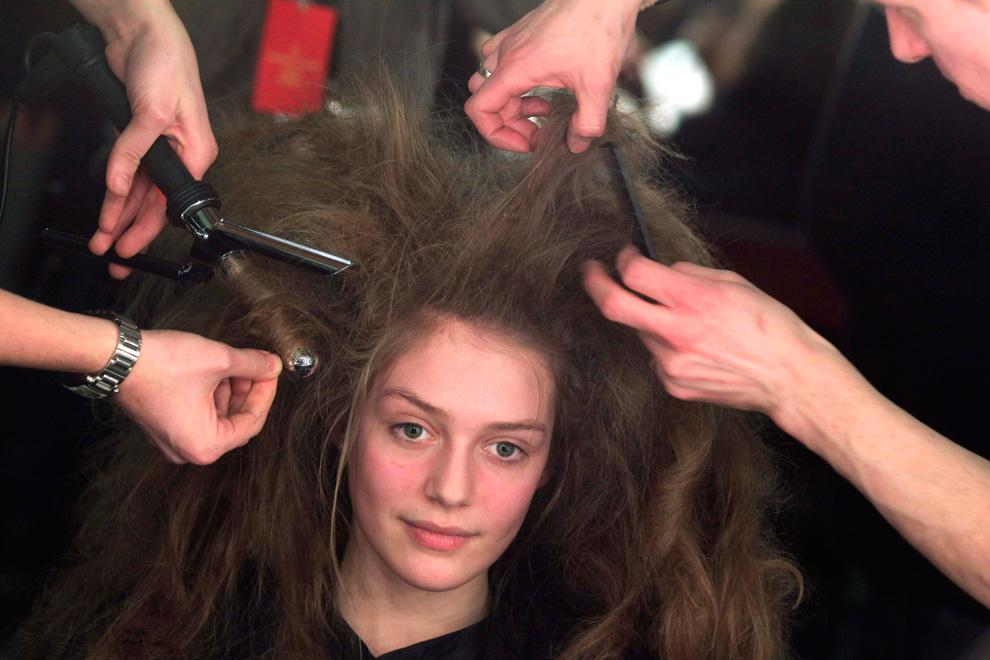 27. Стилисты работают над прической модели перед показом коллекции осень/зима 2010 от Вивьен Вествуд на Лондонской недели моды. (REUTERS/Suzanne Plunkett)