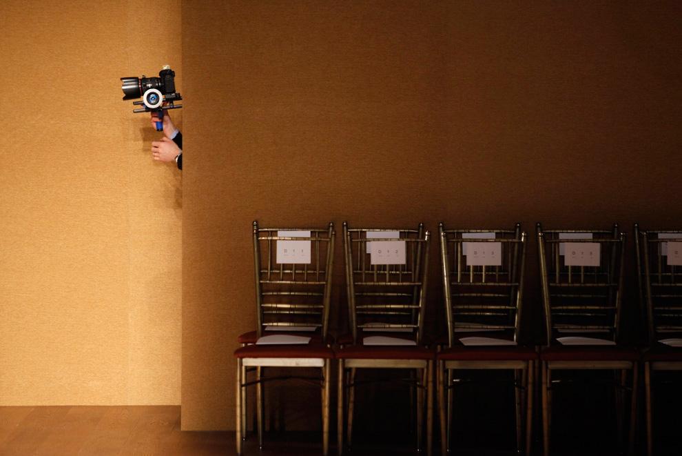 28. Фотограф работает за кулисами показа коллекции от Дерека Лама 16 февраля. (REUTERS/Jessica Rinaldi)