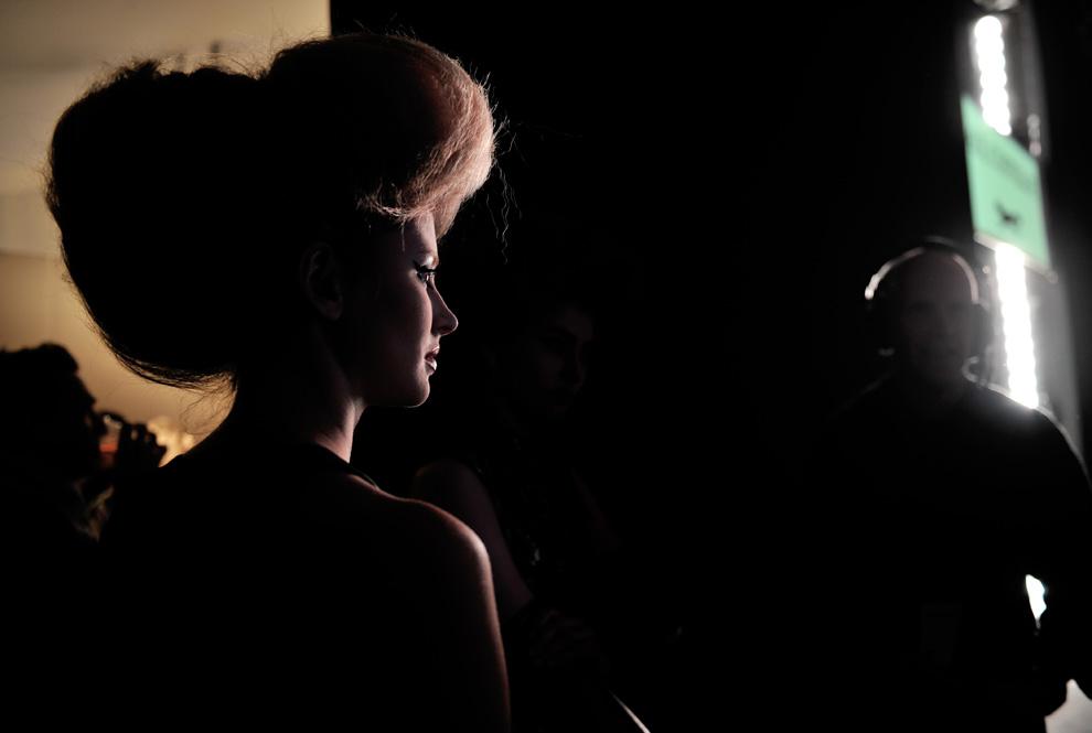30. Модель стоит за сценой перед выходом на подиум для показа коллекции от Пола Костелло в Лондоне 19 февраля. (CARL DE SOUZA/AFP/Getty Images)