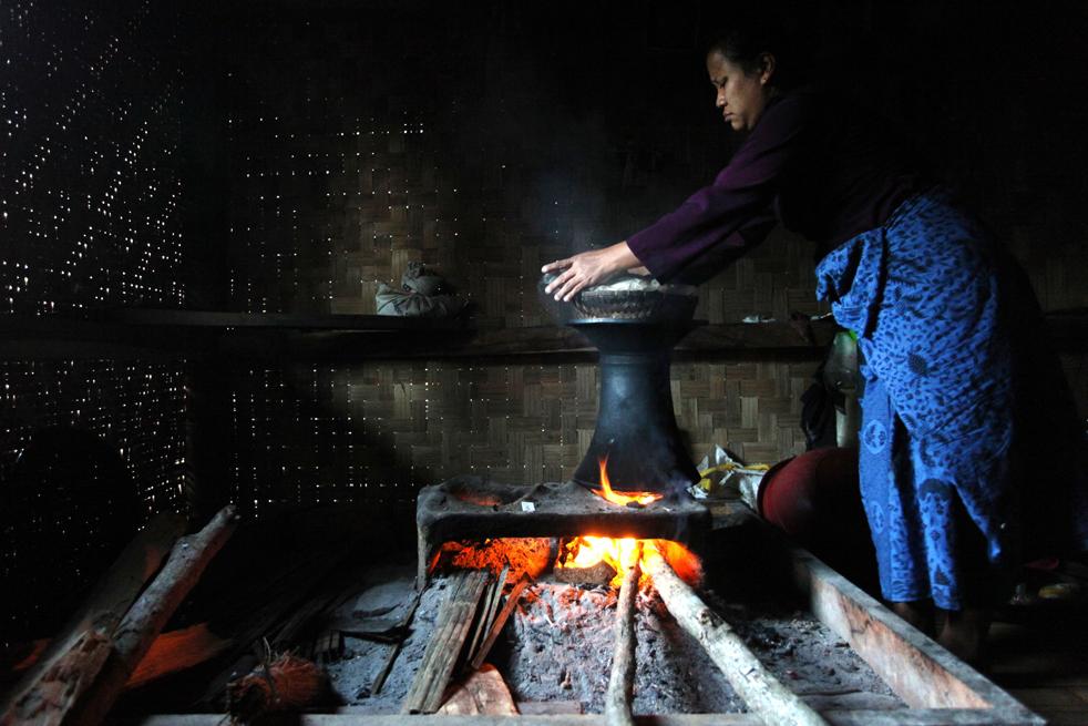 1. Представительница народа бадуй (бадуи) готовит рис у себя дома в холмистой местности гор Кенденг 7 февраля в Бантене, Индонезия. (Getty Images / Ulet Ifansasti)