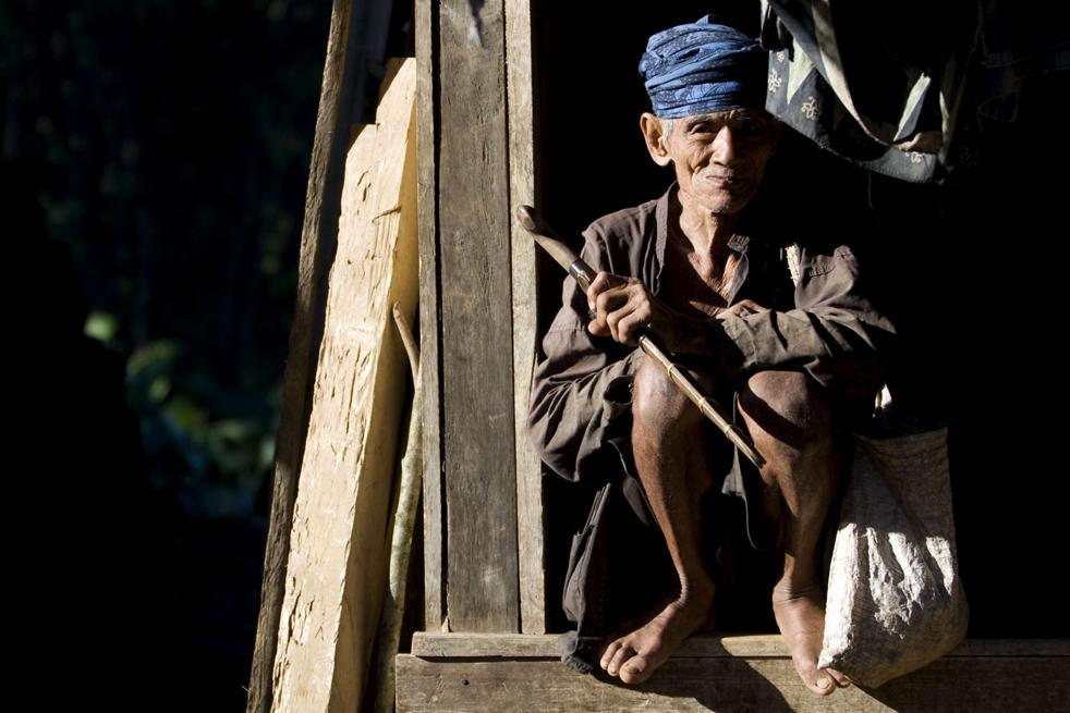 3. Представитель народа бадуй сидит в своем доме в горах Кенденг 7 февраля в Бантене. (Getty Images / Ulet Ifansasti)