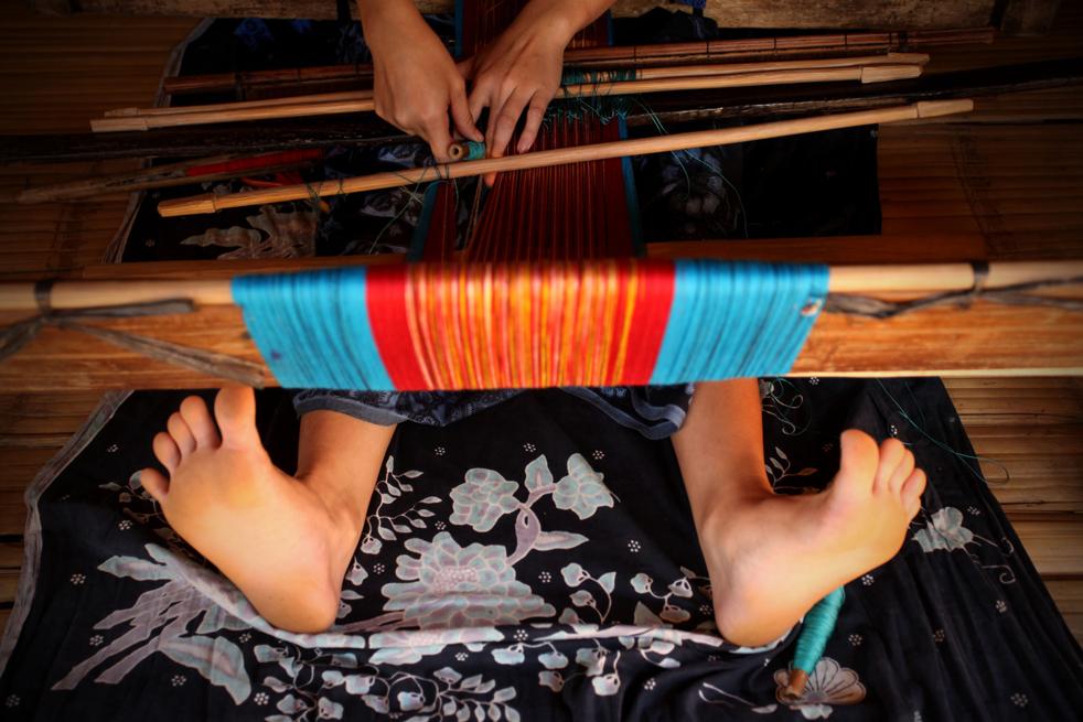 4. Женщина из народа бадуй плетет одежду у себя дома в горах Кенденг 7 февраля в Бантене. (Getty Images / Ulet Ifansasti)