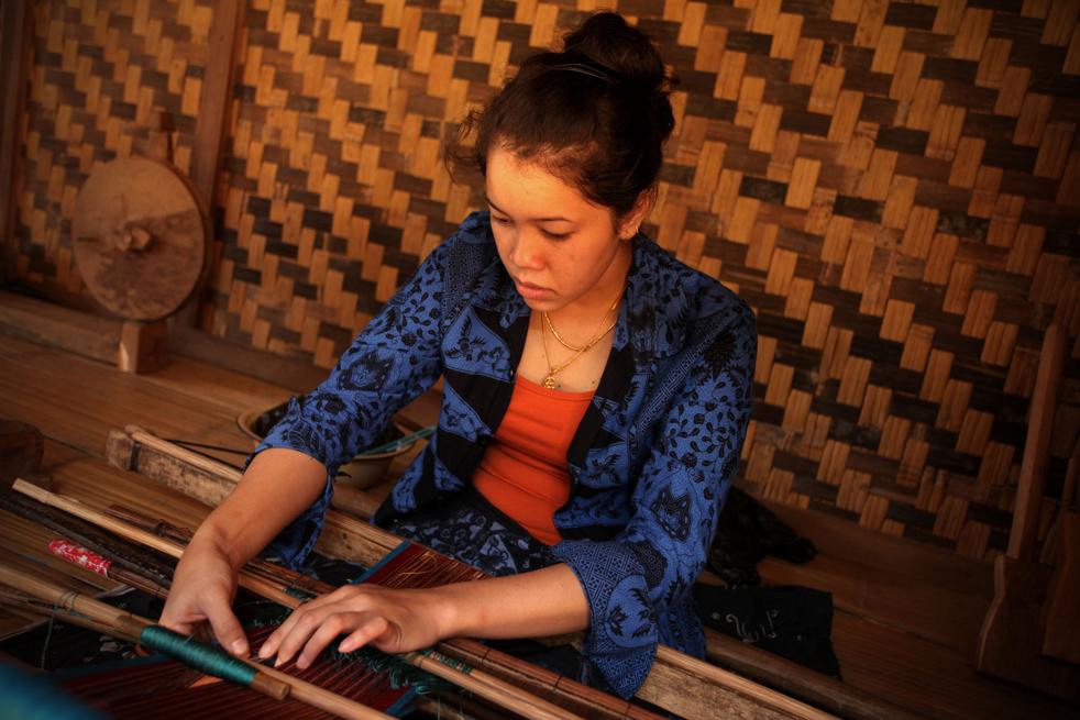 5. Женщина племени бадуй ткет у себя дома в горах Кенденг 7 февраля в Бантене. (Getty Images / Ulet Ifansasti)