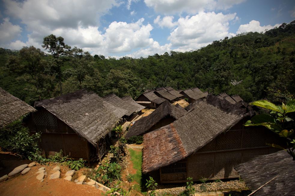 7. Общий вид на дома народа бадуй на холмистой территории гор Кенденг в Бантене. (Getty Images / Ulet Ifansasti)