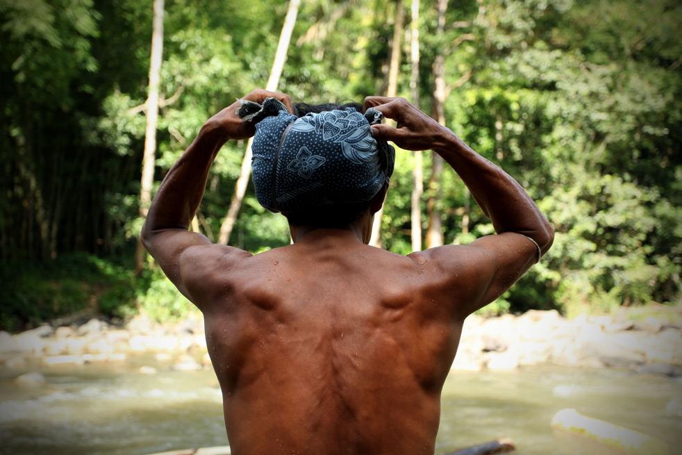 9. Мужчина из племени бадуй (или бадуи) надевает традиционный головной убор в своей деревне в горах Кенденг 7 февраля в Бантене. (Getty Images / Ulet Ifansasti)