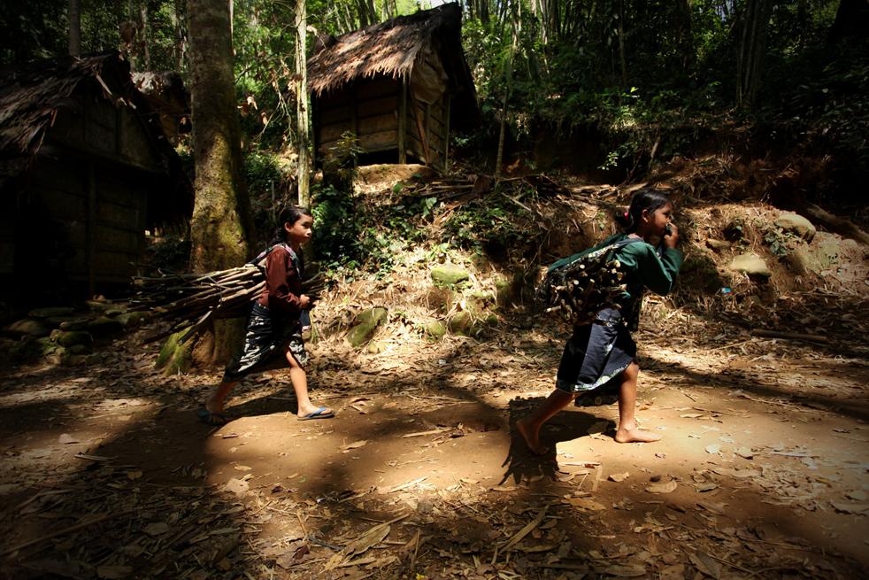 15. Двое детей из племени бадуй несут дрова в свою деревню в горах Кенденг в Бантене 7 февраля. (Getty Images / Ulet Ifansasti)