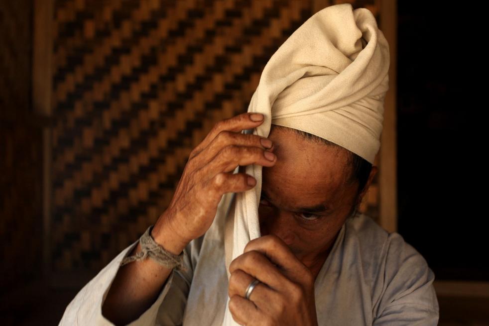 16. Мужчина племени бадуй завязывает на голове традиционный тюрбан в деревне в горах Кенденг в Бантене. (Getty Images / Ulet Ifansasti)