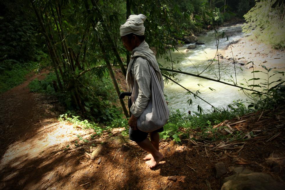 18. Представитель традиционного племени бадуй идет по деревне в горах Кенденг в Бантене 7 февраля. (Getty Images / Ulet Ifansasti)