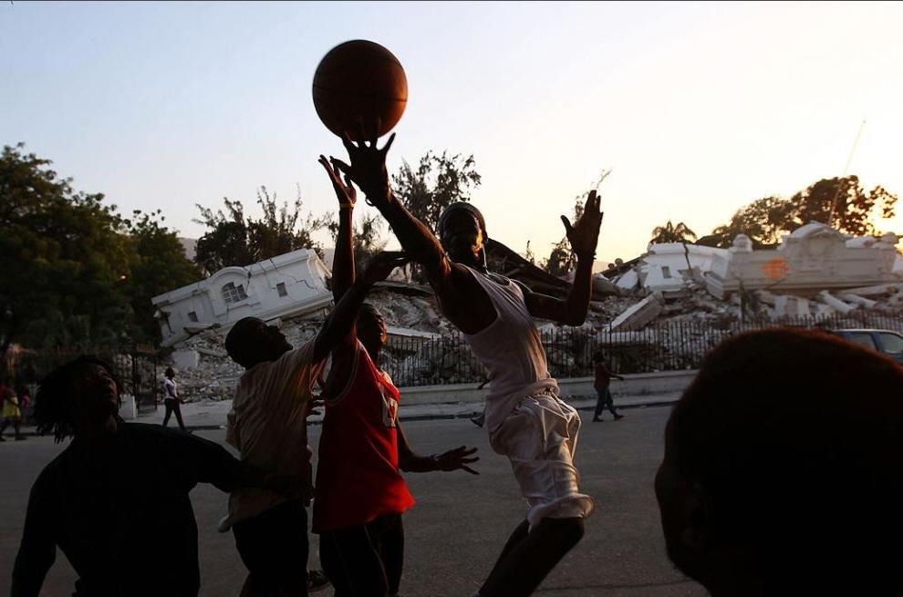 1. Гаитянские мальчики играют в баскетбол в центре Порт-о-Пренс 22 января. (Win McNamee, Getty Images)