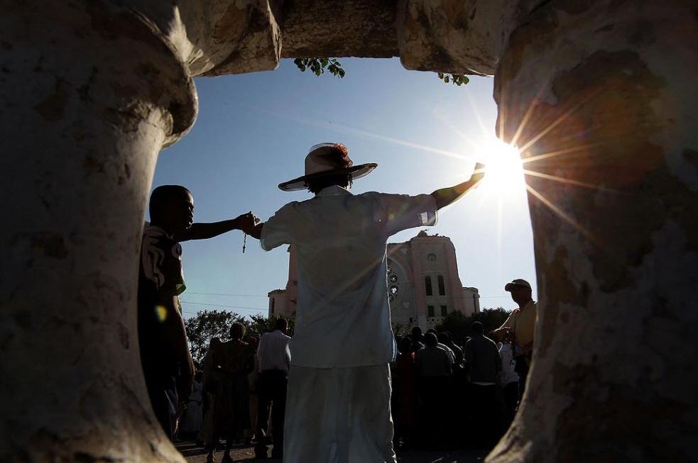 2. Гаитянка молится во время воскресной службы у разрушенного обора Нотр-Дам 24 января. (Win McNamee, Getty Images)