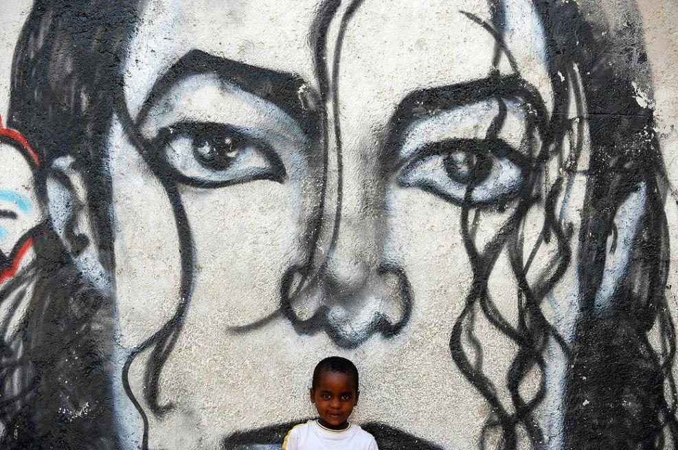 6. Мальчик позирует у стены с граффити с изображением Майкла Джексона. (Jewel Samad, AFP / Getty Images)