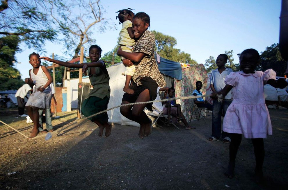 7. Девочки прыгают через веревку в лагере. (Ariana Cubillos, AP)
