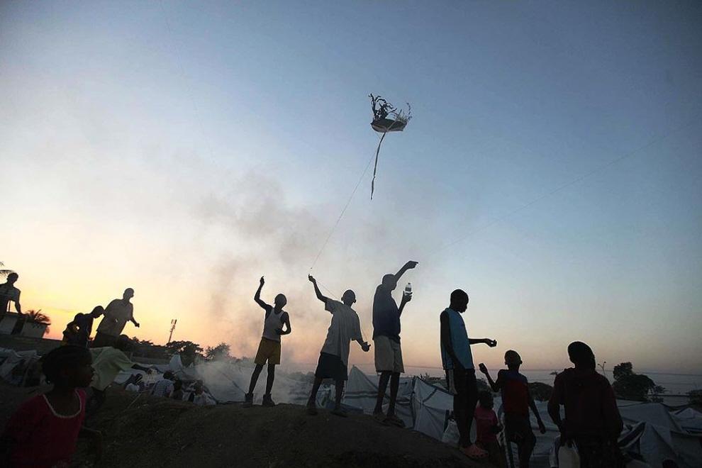 8. Дети запускают воздушных змеев в лагере для бездомных . Правительство Гаити заявило, что около 400 000 оставшихся без дома человек будут перемещены в специальные лагеря за пределами города. (Joe Raedle, Getty Images)