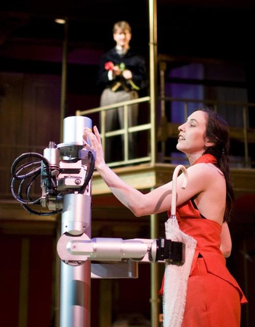 """20. Актриса Лоренс Исели играет свою роль во время репетиции мюзикла """"Роботы"""". Это история о человеке в добровольном изгнании, который живет с тремя роботами, позже сталкивается с женщиной, которая в последствии станет его последним связующим с внешним миром. Роботы BlueBotics в мюзикле способны действовать автономно и взаимодействовать с актерами. (фото: Reuters)"""