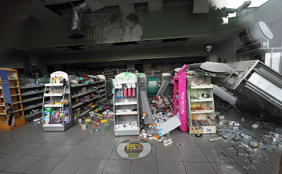 4. Разрушенная аптека в Винья дель Мар.  (MARTIN BERNETTI/AFP/Getty Images)