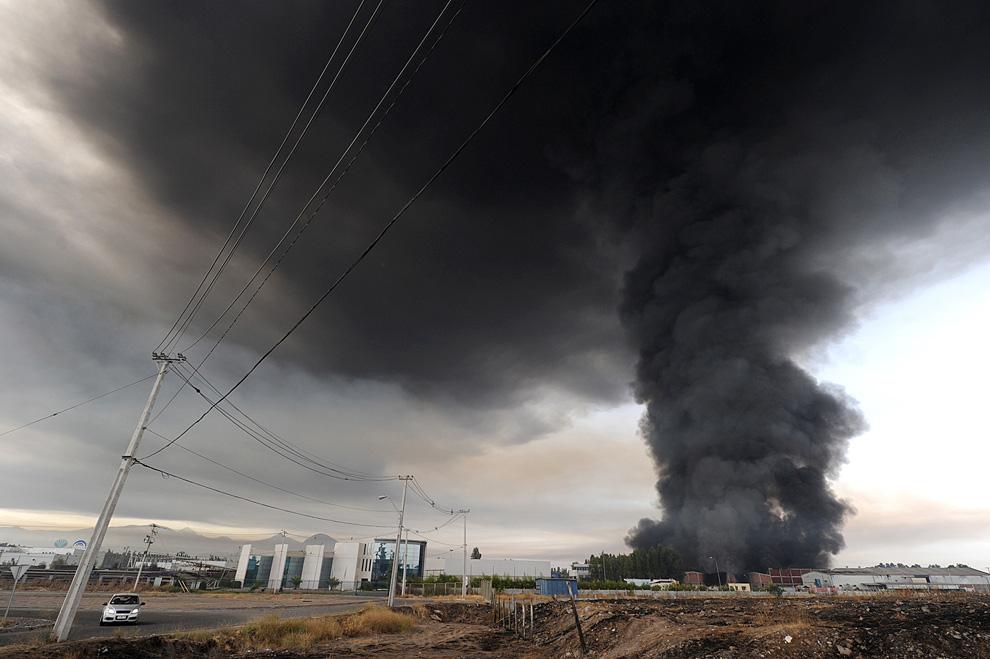 7. Дым от горящих зданий в пригороде Сантьяго поднимается в небо (MARTIN BERNETTI/AFP/Getty Images)