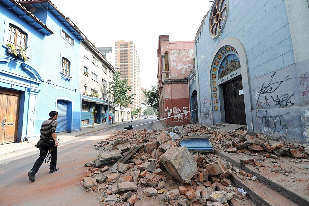 16. Человек проходит мимо поврежденной церкви в Сантьяго. (MARTIN BERNETTI/AFP/Getty Images)
